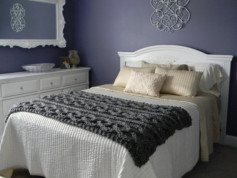 Вязанный плед на кровати