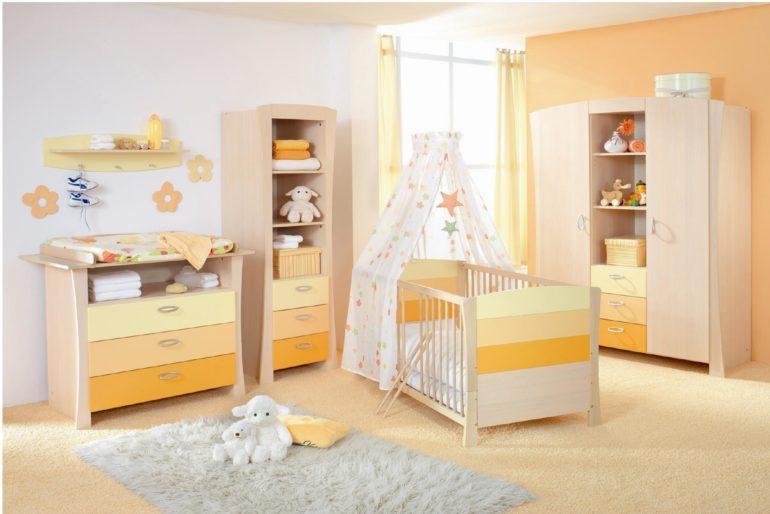 Длинные балдахины закроют собой всю кровать и не дадут сквозняку проникнуть в спальное гнездышко младенца