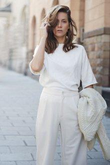 Женский образ в белых тонах в минималистичном стиле