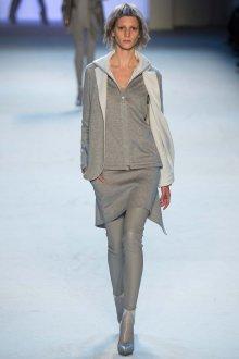 Многослойный серый наряд в стиле минимализм