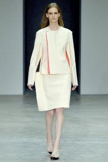 Необычный женский наряд в стиле минимализм