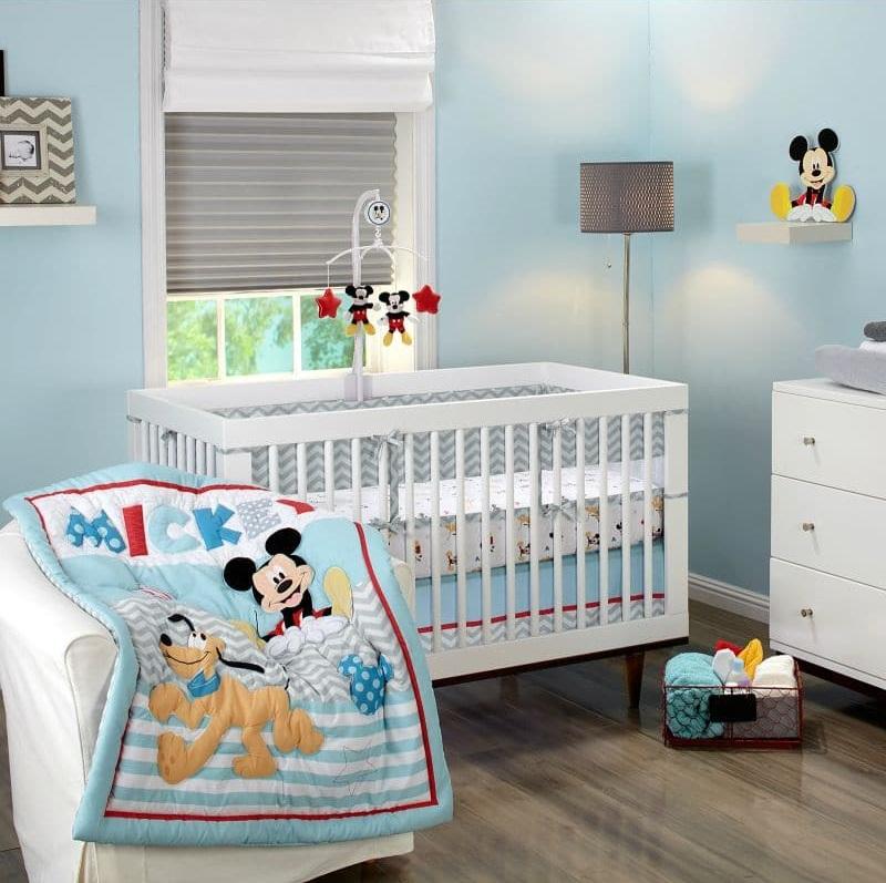 Чтобы придать деткой комнате еще больше тепла и уюта, вторым рядом жалюзи можно закрыть римской шторой, выполненной из белоснежной ткани