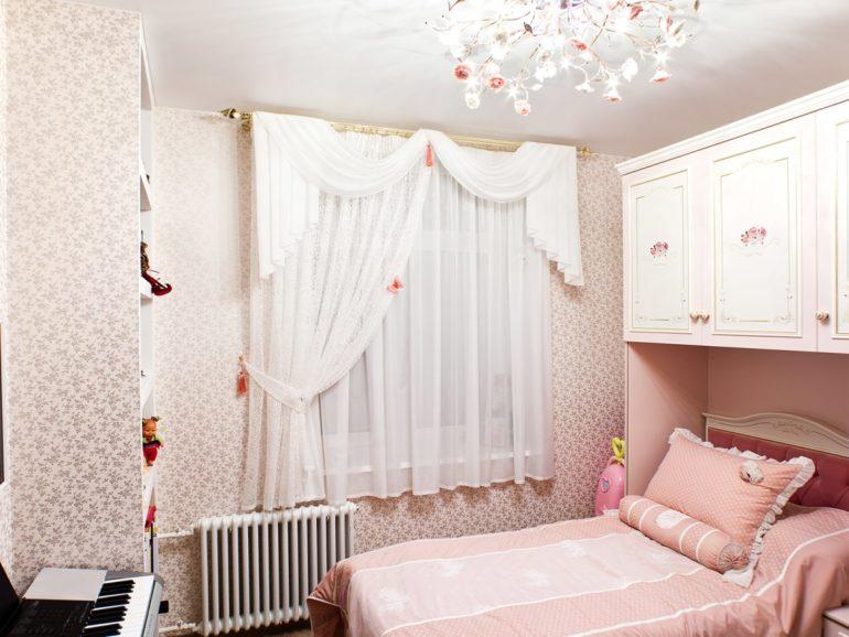 Если кровать стоит возле окна лучше повесить короткий тюль
