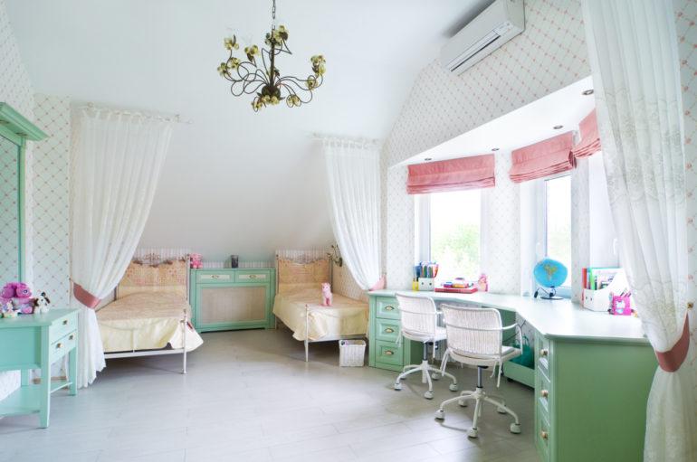 Спальное место лучше зонировать тюлем, чтобы  дети чувствовали себя комфортно и уединенно во время отдыха