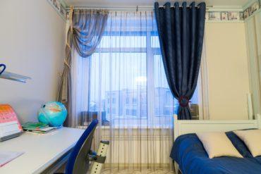 синие шторы с подхватами