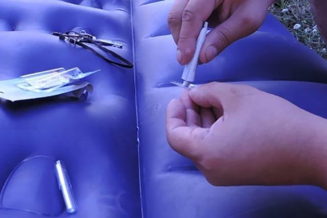 Процес заклейки надувного матраса