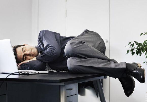 мужчина спит на столе