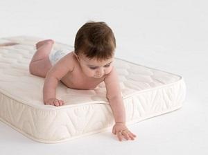 Важно выбрать правильный матрас в кроватку для грудничка