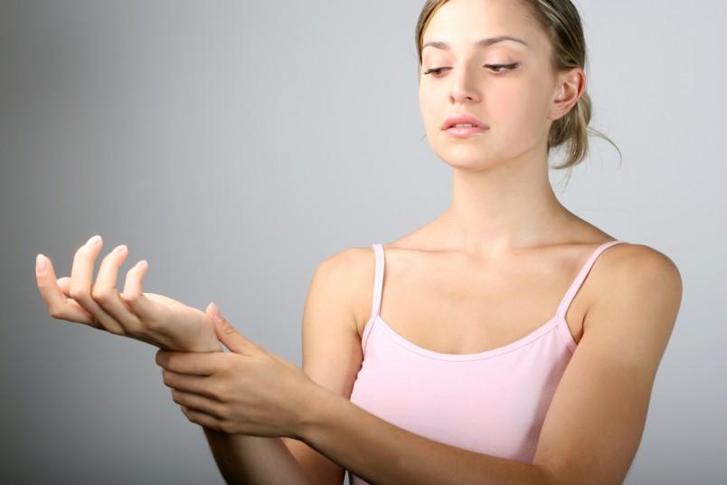 Онемения рук происходит из-за нарушения работы системы кровообращения.