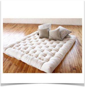 Матрас из ваты на полу с подушками