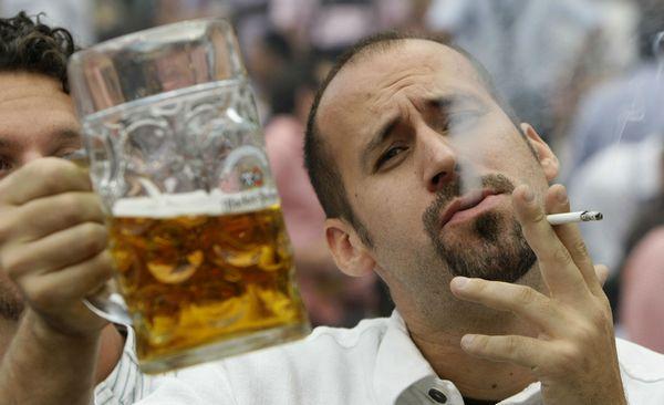 Алкоголь и курение - самые частые причины храпа у мужчин