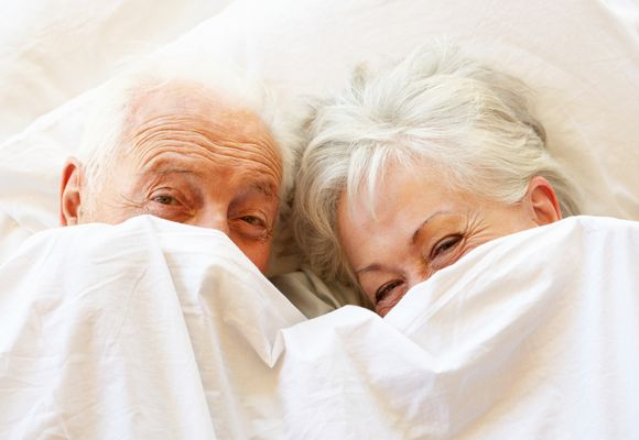 бабушка с дедушкой выглядывают из под одеяла