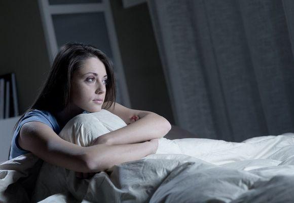 девушка не может уснуть в кровати