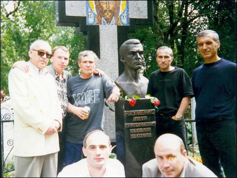 Криминальные авторитеты возле могилы Наума. Второй слева вор в законе Щавлик