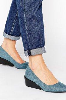 Красивые джинсовые туфли на танкетке