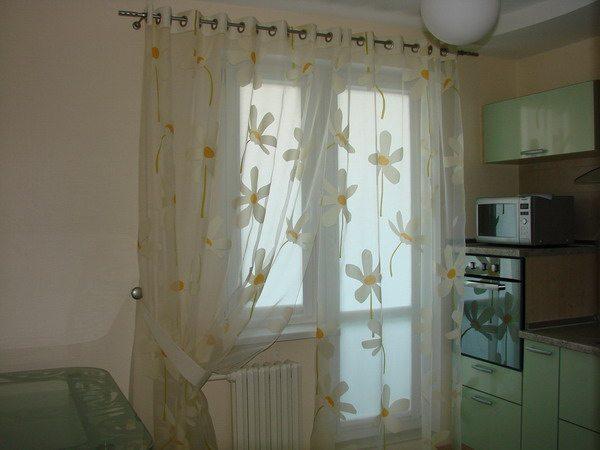 декорирование окна с балконной дверью сочетается с общим интерьером помещения