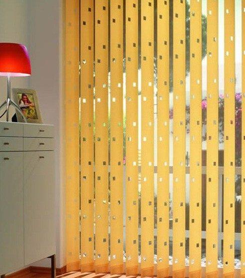 светлые бамбуковые шторы с просветом выделяются в общем интерьере