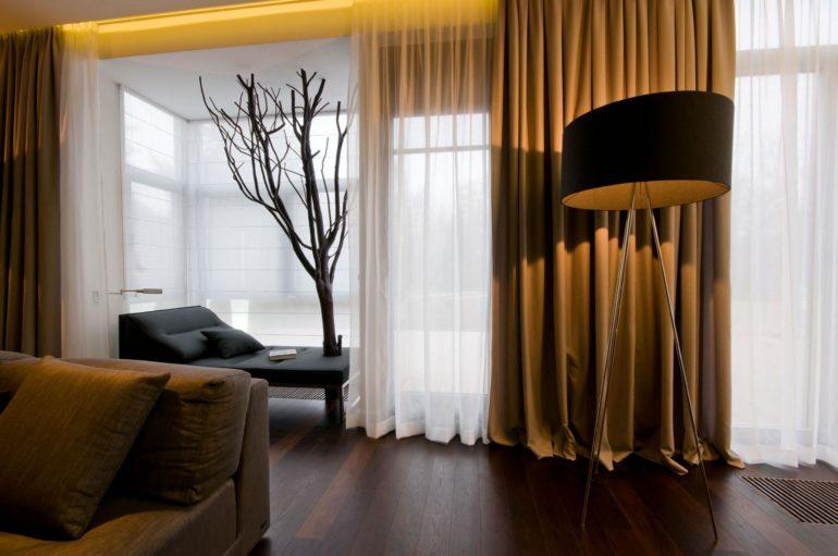 Для создания уютной романтичной атмосферы просто необходимы шторы из плотной ткани, так как они способны затемнять помещение и скрывать личную жизнь от посторонних глаз.