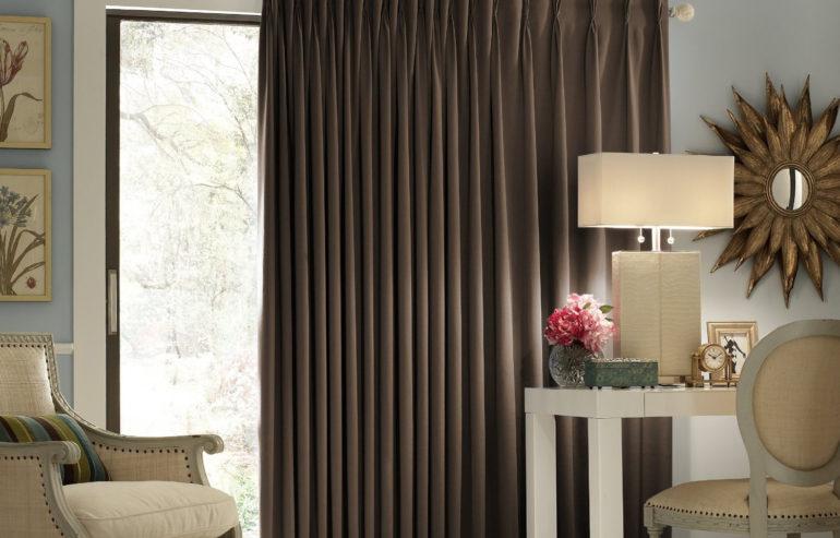 Шоколадные шторы внесут теплый контраст в бежевую спальню и еще лучше защитят ее от солнечный лучей.