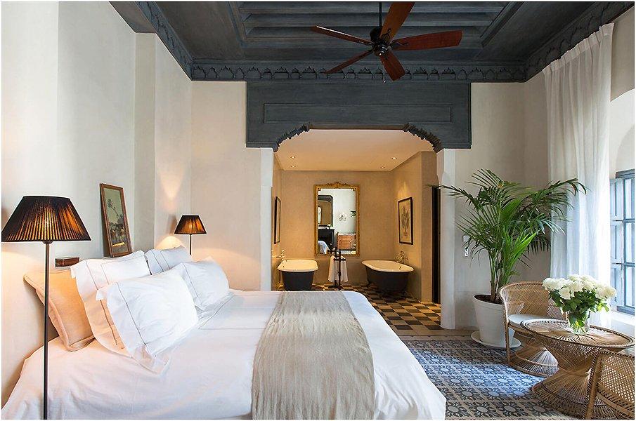 Интерьер спальни с элементами восточной архитектуры