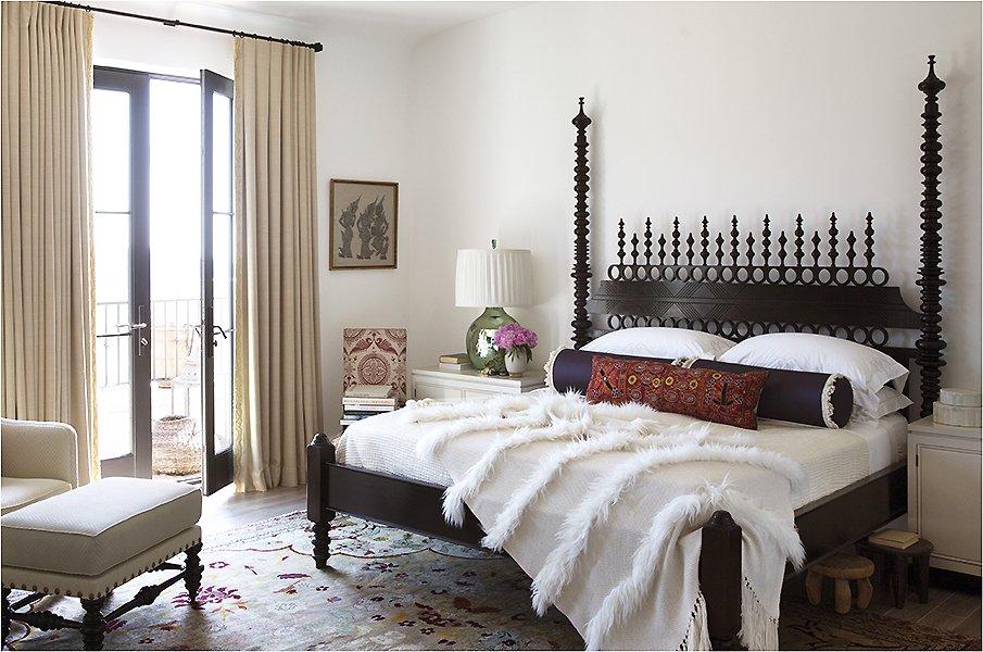 Элегантная спальня с кроватью в восточном стиле