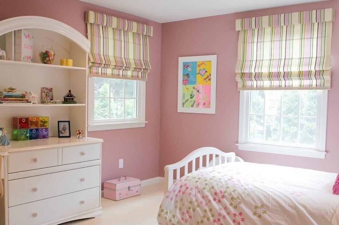 Чудесное сочетание римских штор с общим интерьером детской комнаты для девочки