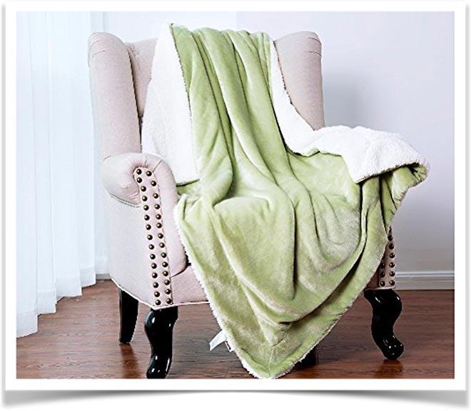 Красивый зелено-белый плед на кресле