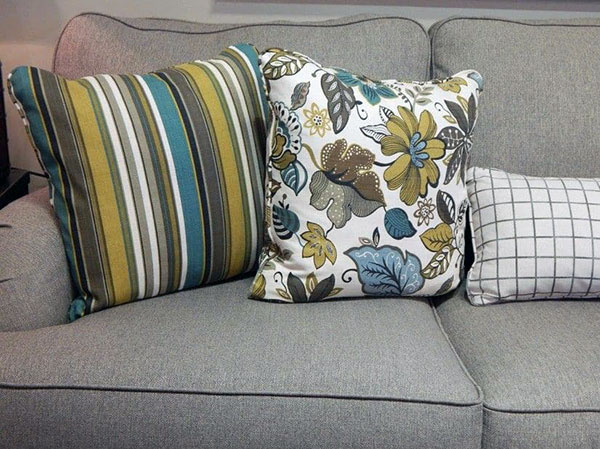 Декоративные подушки с разным рисунком
