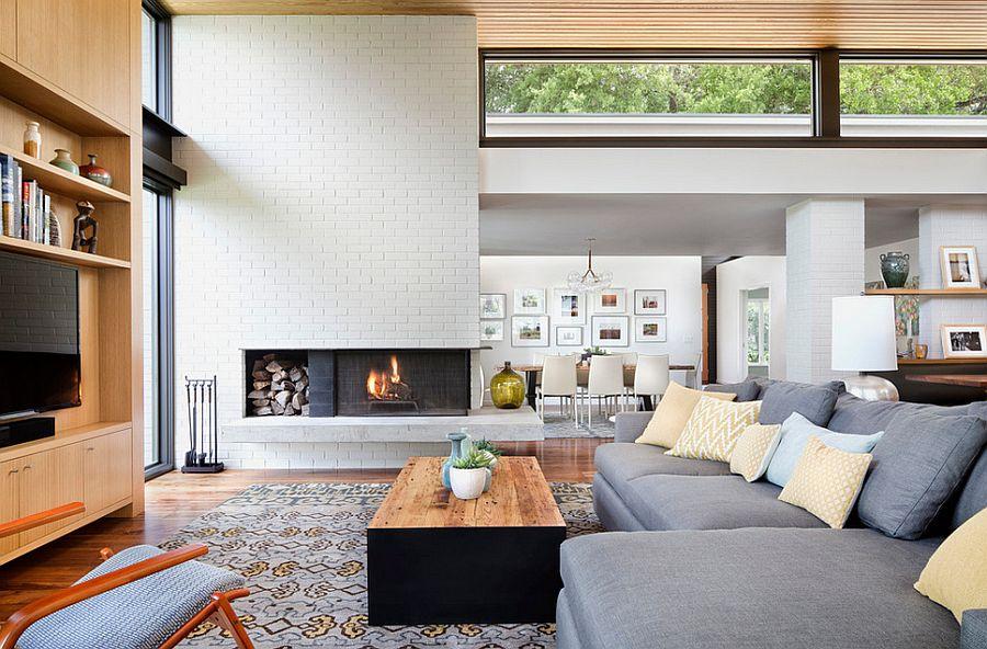 Гостиная красиво гармонирует с кирпичыми стенами окрашенными в белый цвет