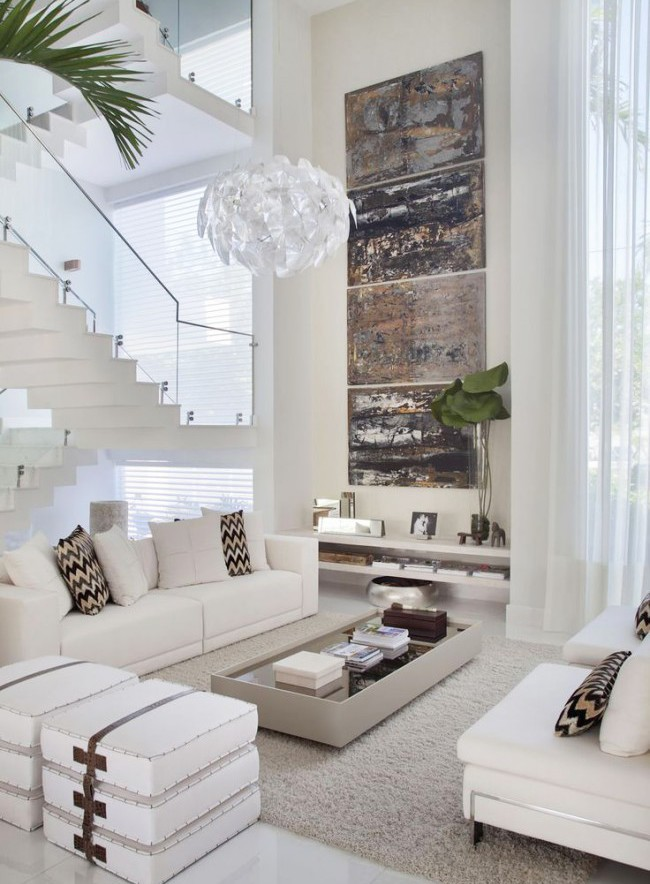 Большая белая люстра в гостиной