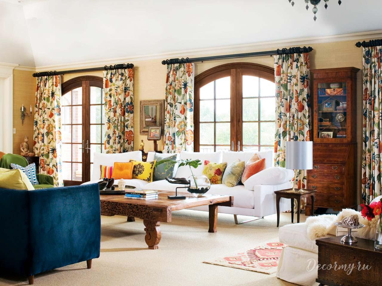 шторы с рисунком в гостиной комнате