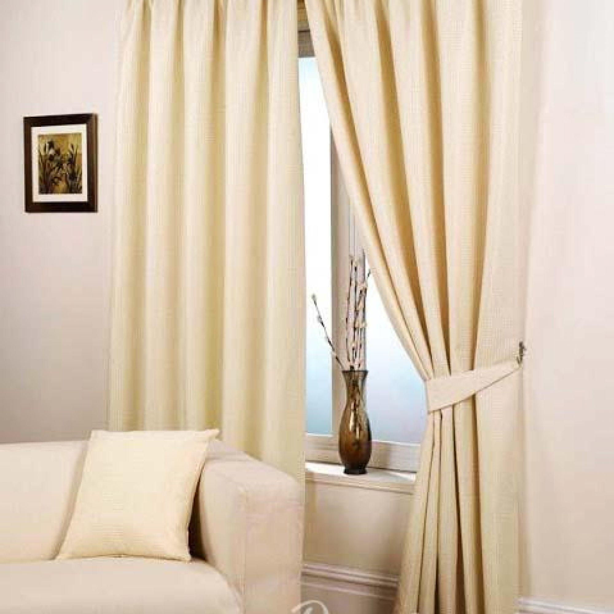 кремовые шторы на окне в гостиной