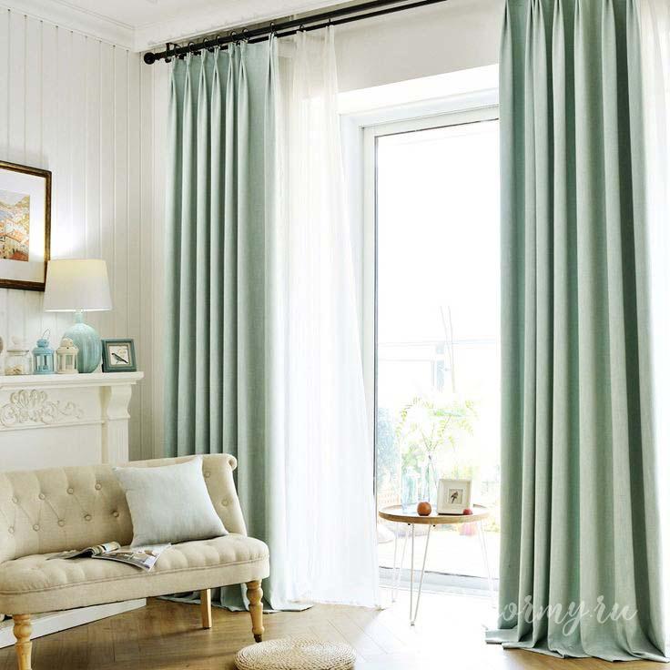 бирюзовые занавески в классической комнате