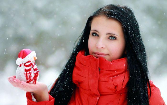 Девушка в красном пуховике