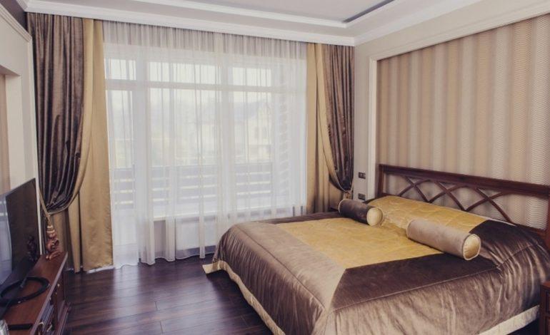 Коричневый цвет для спальни это настоящее успокоительное, а в сочетании с золотыми оттенками это еще и нарядное убранство
