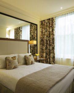 зеркальная стена над кроватью