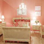 Комната для девочки в персиковых тонах