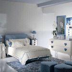 Бело-голубая спальня для девочки