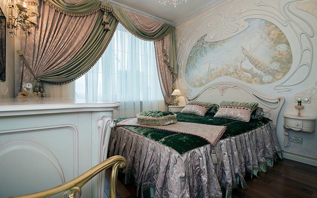 спальня с фреской над кроватью