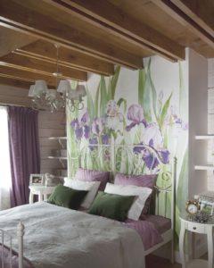 нарисованные ирисы на стене над кроватью