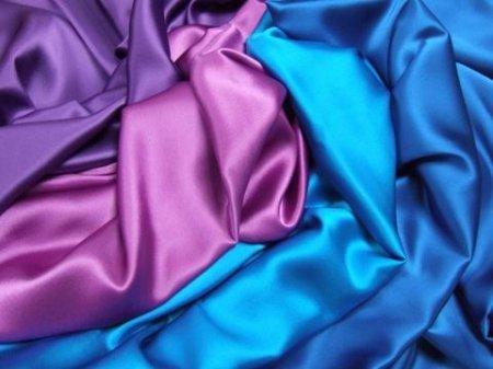 кусочки тканей разных цветов из шелка
