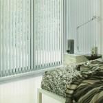Вертикальные жалюзи в интерьере спальни