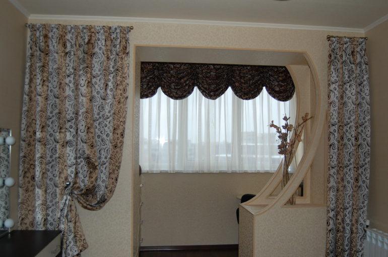 Вот так может быть оформлено окно балкона, который совмещен с залом