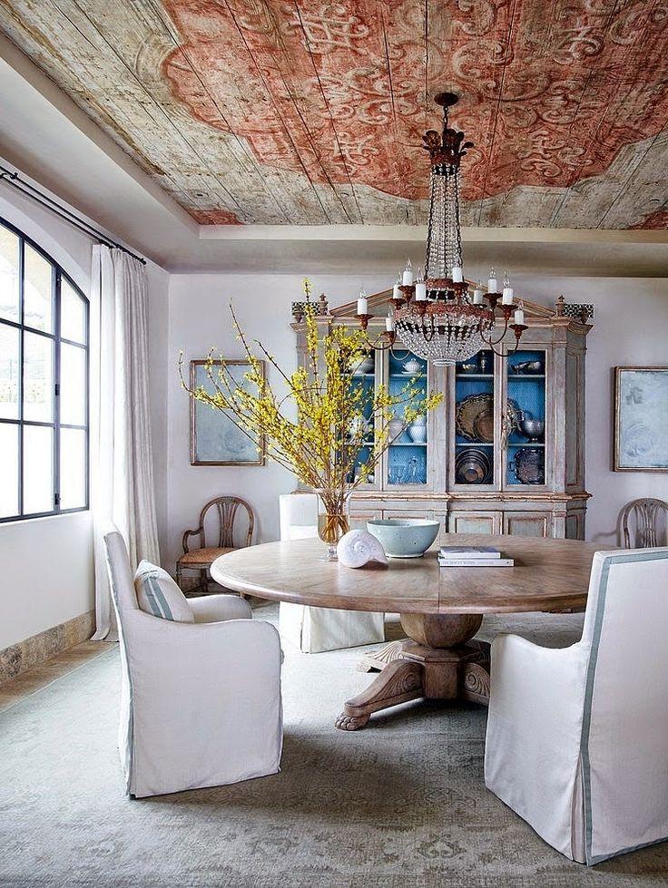 В интерьере шебби-шик как нельзя лучше смотрятся состаренные стены или потолок