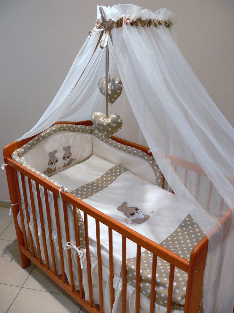 Балдахин не должен мешать свободному подходу к кроватке, а значит переднюю стенку завешивать не стоит