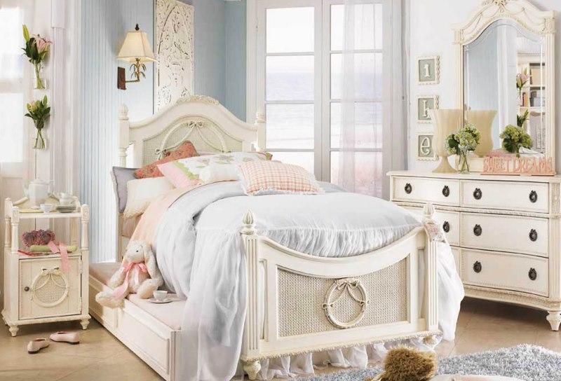 Светлая детская комната в классическом стиле