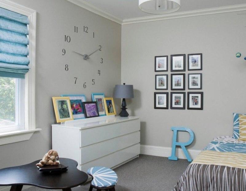Большие часы на стене в детской комнате