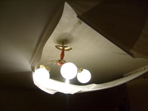 Потолок из виниловой пленки легко порвать.