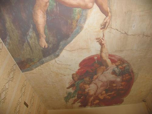 Арт-печать может сделать внешний вид потолка очень нестандартным. Но обойдется недешево.