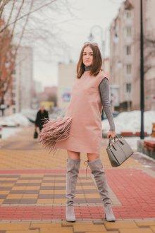 Розовое замшевое платье